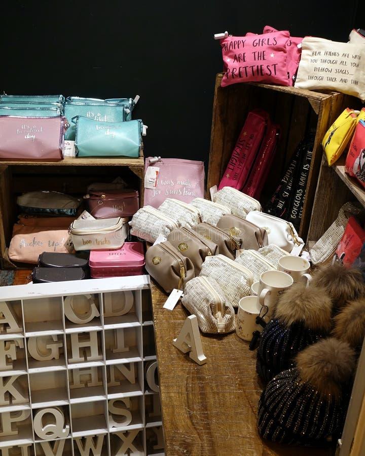 St Ives, Cornualha, Reino Unido - 13 de abril de 2018: A seleção de sacos pequenos e de outros acessórios com mensagens sobre, no foto de stock