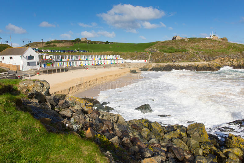 St Ives Cornwall England van het Porthgwiddenstrand kleurrijke strandhutten royalty-vrije stock fotografie