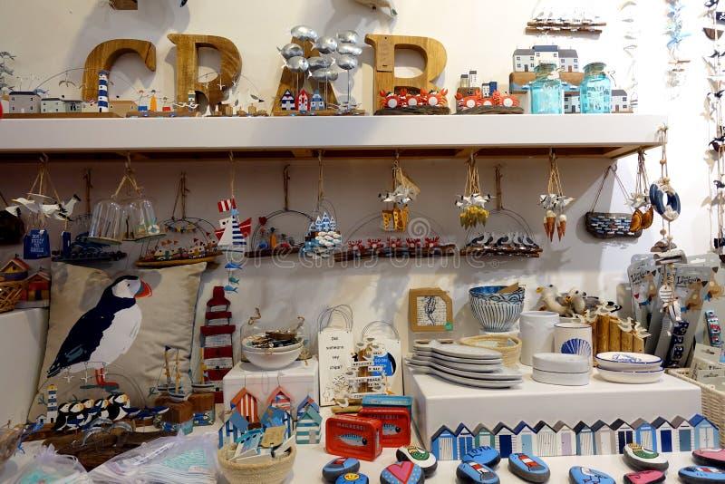 St Ives, Cornwall, UK - Kwiecień 13 2018: Wybór nadmorski lub wybrzeże odnosić sie prezent rzeczy w sklepowym pokazie zdjęcie royalty free