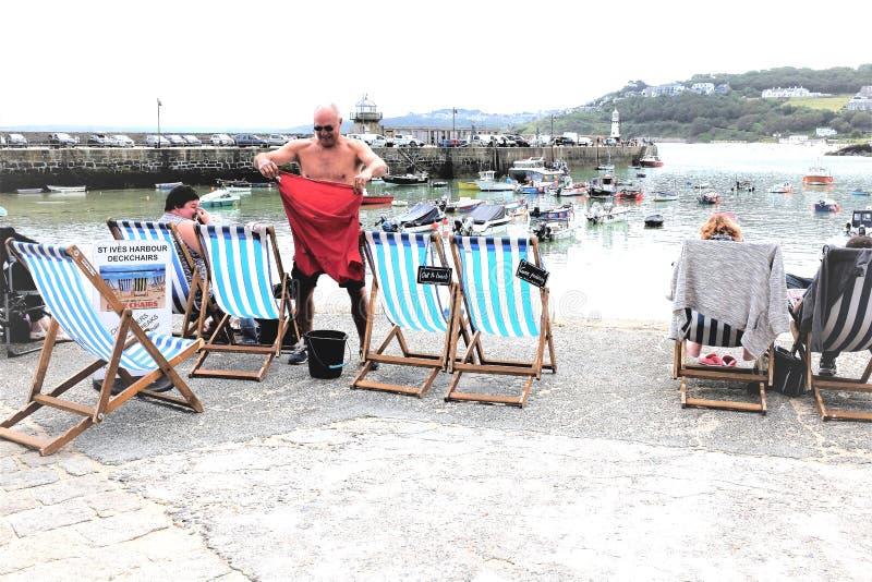 St Ives Harbour deckchairs, Cornwall, het UK stock fotografie