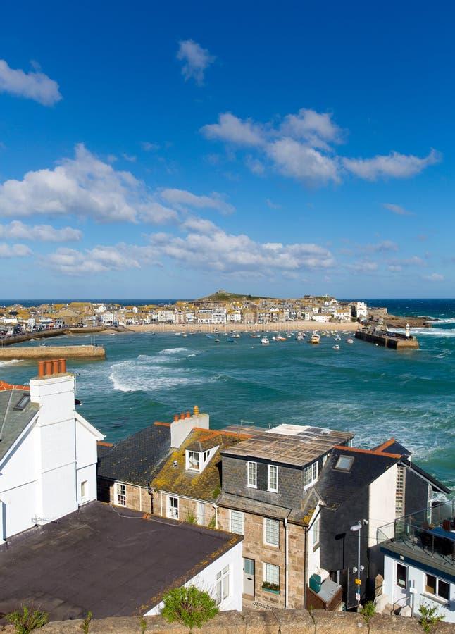 St Ives haven Cornwall Engeland met boten blauwe hemel stock fotografie