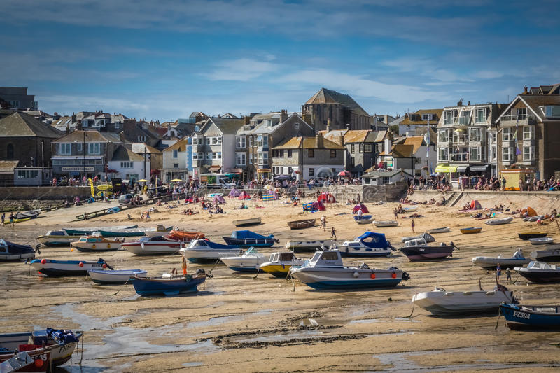 St Ives strand at low tide stock foto's