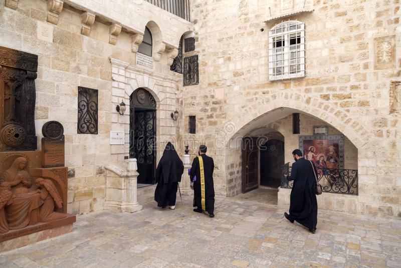 St James Armenian Orthodox Cathedral durante um servi?o no Jerusal?m fotos de stock royalty free