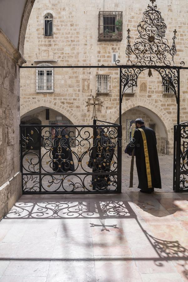 St James Armenian Orthodox Cathedral durante um servi?o no Jerusal?m fotografia de stock royalty free