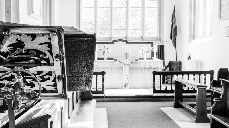 St James The Elder Lectern com o altar no fundo Horton Engla imagens de stock