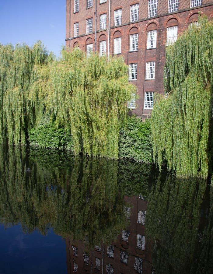 St James Mill et saules le long de la rivière photo stock