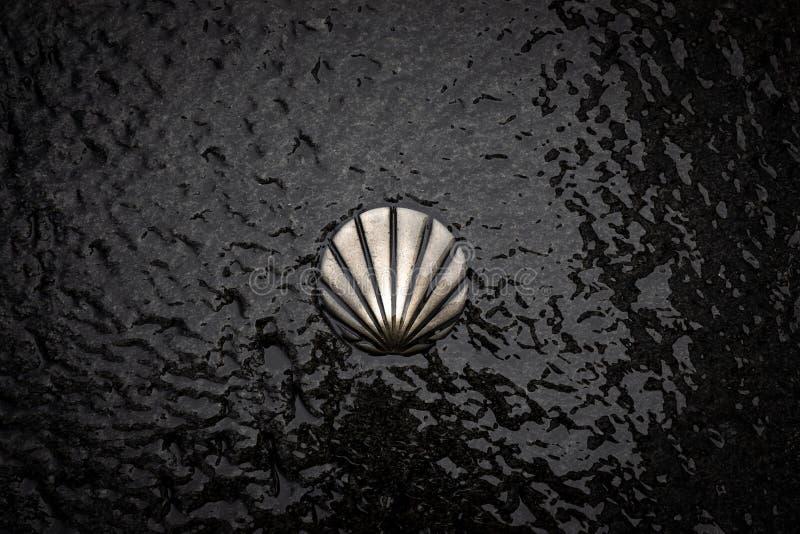 St James Way Shell Symbol Segno bronzeo di Camino de Santiago Pellegrinaggio a Santiago de Compostela, Galizia, Spagna immagini stock libere da diritti