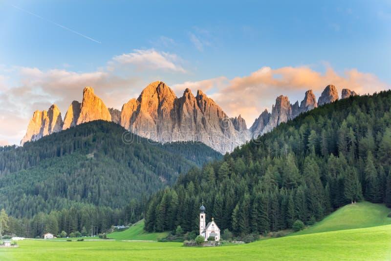 St. Johann Church, Santa Maddalena Dolomites Italy stockfotos
