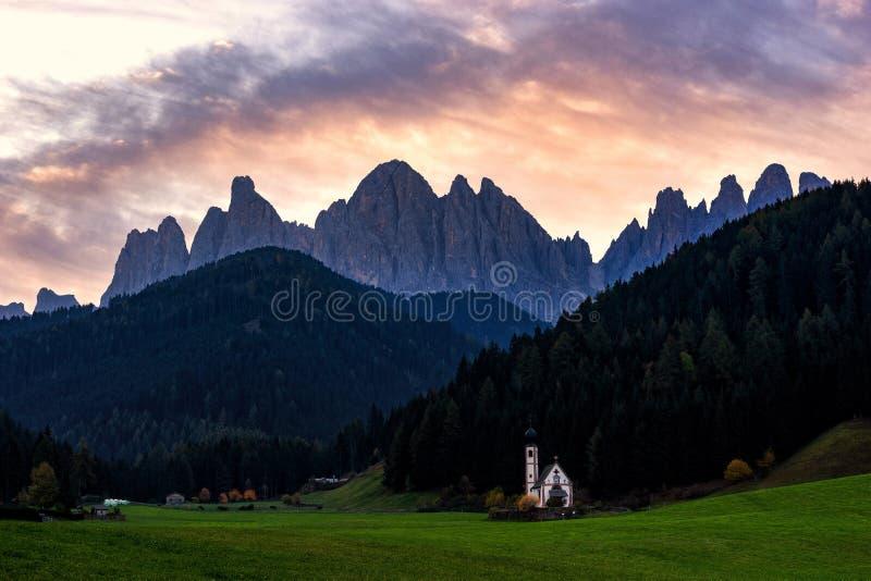 St Johann kościół, Santa Maddalena, Val Di Funes, dolomity, Włochy obraz stock