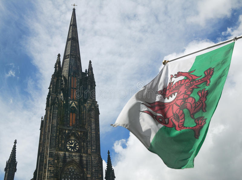 St Johnkerktoren en de vlag van Schotland edinburgh het UK stock fotografie