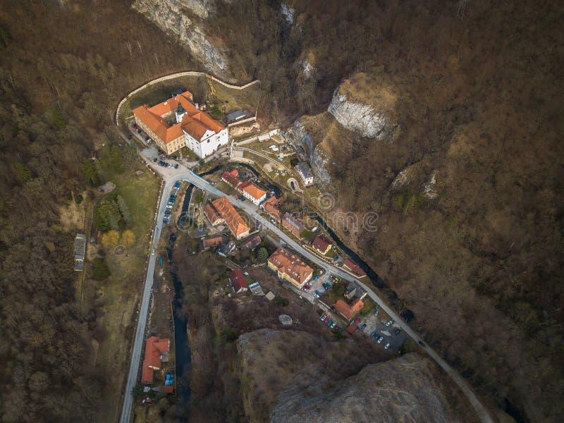 St. John под скалой в центральной области Богемии в чехии стоковые фотографии rf