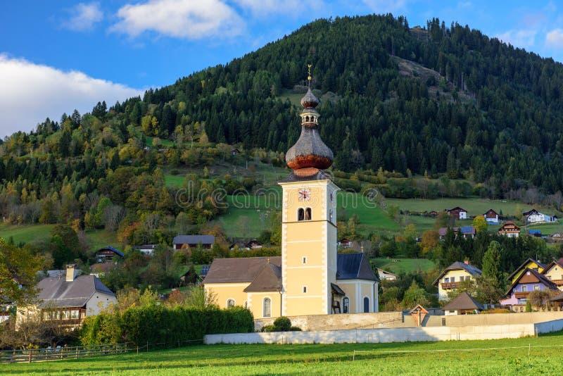 St John Church i den alpina byn Obermillstatt _ royaltyfri foto