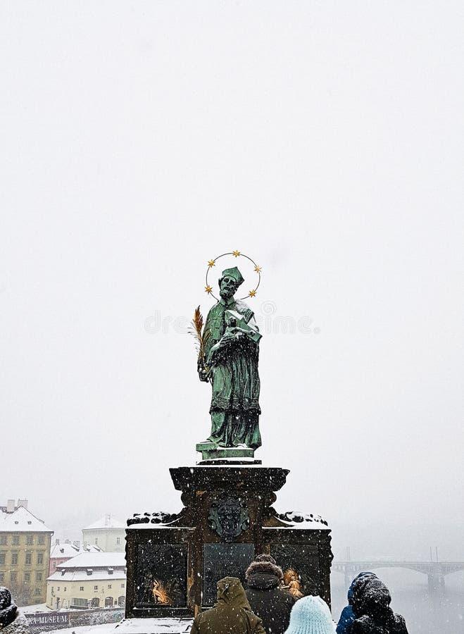 St John de statue de Nepomuk sur le pont de Charles à Prague image stock