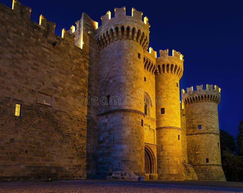 St John knights el castillo en noche en la isla de Rodas, Grecia fotografía de archivo libre de regalías