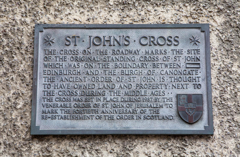 St. John's Cross Plaque in Edinburgh. A wall plaque on Canongate, detailing the former site of the original St. Johns Cross along the Royal Mile in Edinburgh stock photo