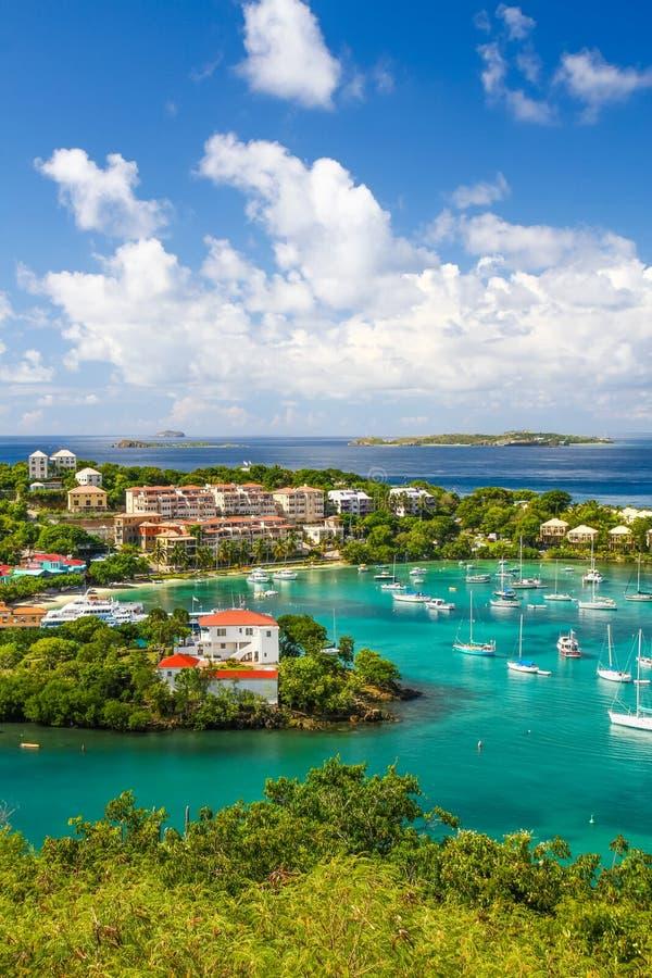 St John, USVI - Piękni niebieskie nieba w Cruz zatoce obraz stock