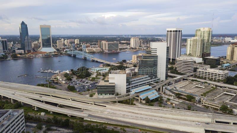 St Johns River kör till och med mitten av den i stadens centrum Jacksonville Florida flyg- sikten royaltyfri bild