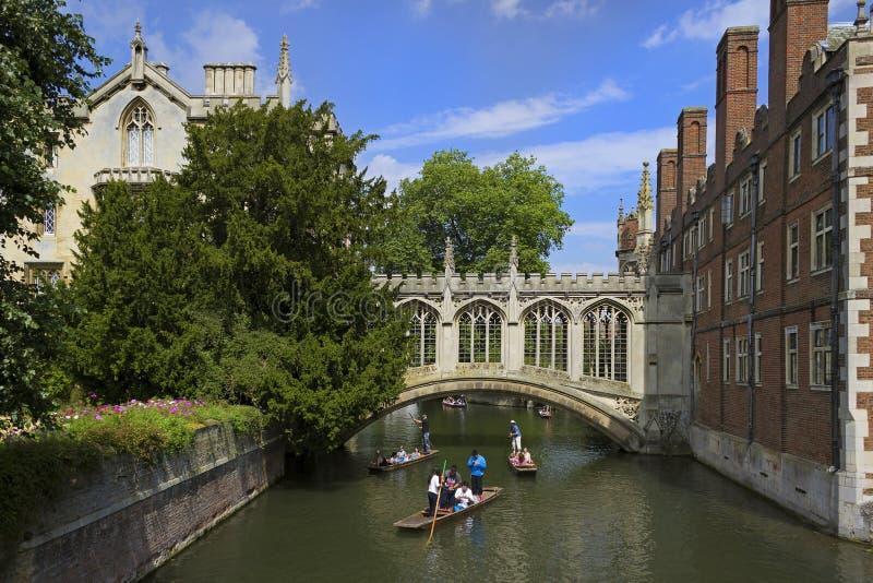St Johns Universiteit in Cambridge stock afbeelding