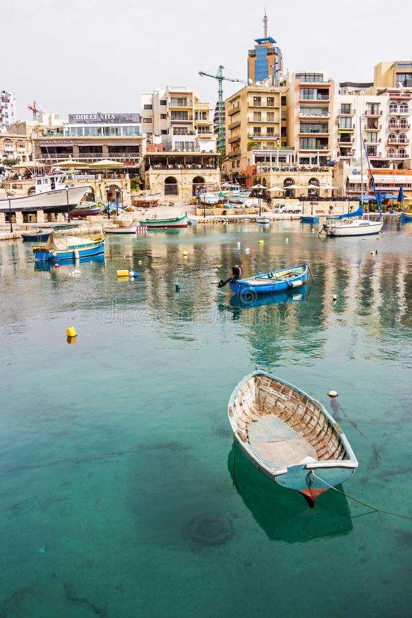 ST JULIAŃSKI ` S MALTA, Marzec, - 6, 2018: Widok Spinola zatoka przy St Juliańskim ` s, Malta z łodziami i budynkami zdjęcie stock