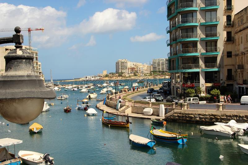 St. Julians, Malta, im Juli 2014 Blaue Seebucht in der lebhaften Inselstadt lizenzfreie stockfotos