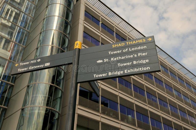St Katharine стыкует башню моста башни Лондона подписывает в восточном Лондоне стоковая фотография