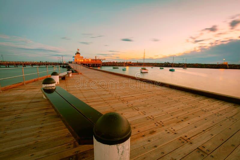 St Kilda Pier bij Schemer met boten in de haven royalty-vrije stock foto's