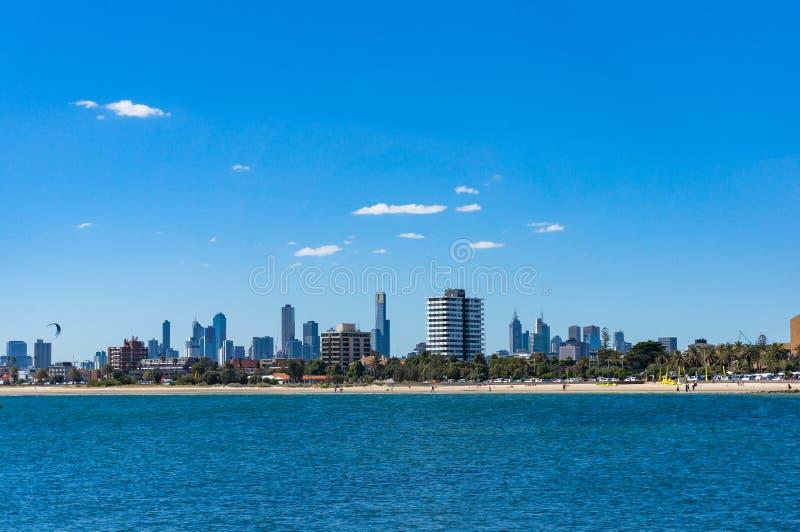 St Kilda plaża z Melbourne pejzażem miejskim na tle zdjęcie stock