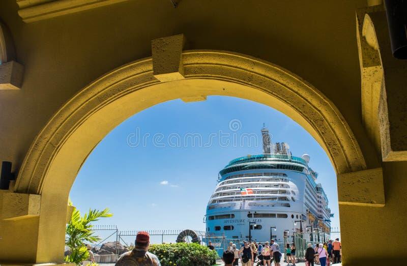St Kitts - tillträde för port för kryssningskepp royaltyfri foto