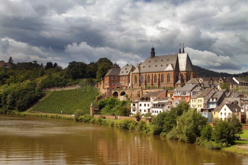 St Laurentius Church i Saarburg den gamla staden