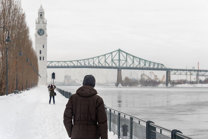 St. Lawrence River mit Glockenturm in altem Montreal, im Winter lizenzfreie stockfotografie