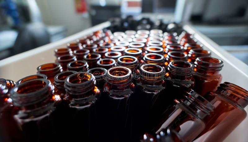 St?ll in av f?rgglade glas- laboratoriumsm? medicinflaskor f?r kemikalieer arkivbilder