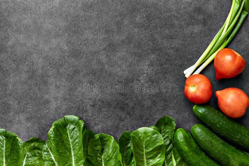 St?ll in av r? organisk mat, gr?nsaker med nya ingredienser f?r healthily att laga mat p? svart bakgrund, den b?sta sikten, baner royaltyfria bilder