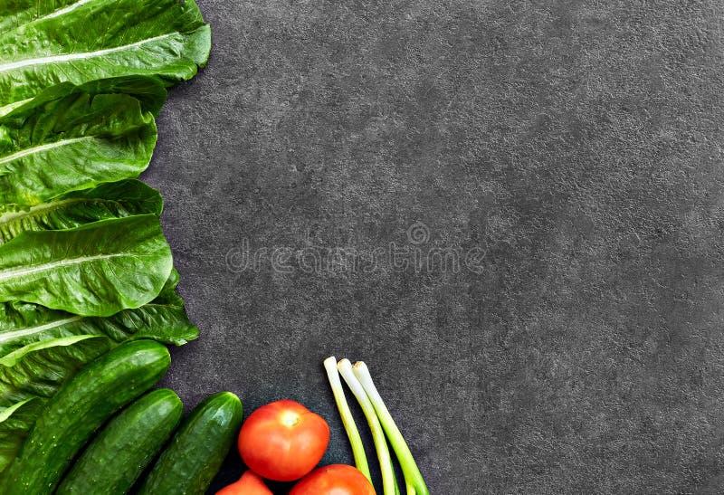 St?ll in av r? organisk mat, gr?nsaker med nya ingredienser f?r healthily att laga mat p? svart bakgrund, den b?sta sikten, baner arkivbild