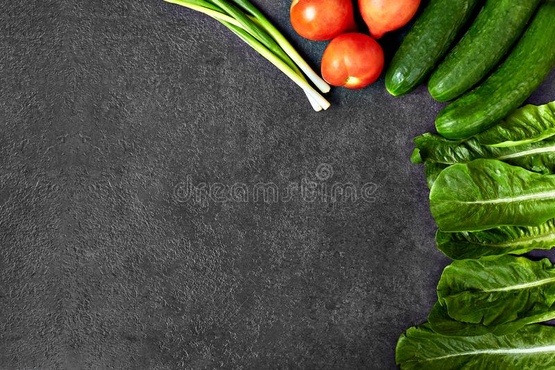 St?ll in av r? organisk mat, gr?nsaker med nya ingredienser f?r healthily att laga mat p? svart bakgrund, den b?sta sikten, baner royaltyfria foton
