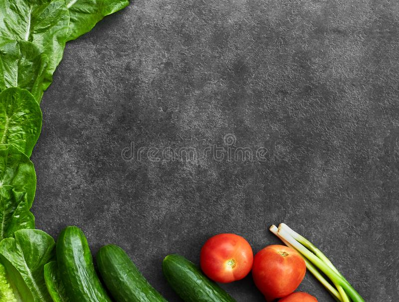 St?ll in av r? organisk mat, gr?nsaker med nya ingredienser f?r healthily att laga mat p? svart bakgrund, den b?sta sikten, baner fotografering för bildbyråer