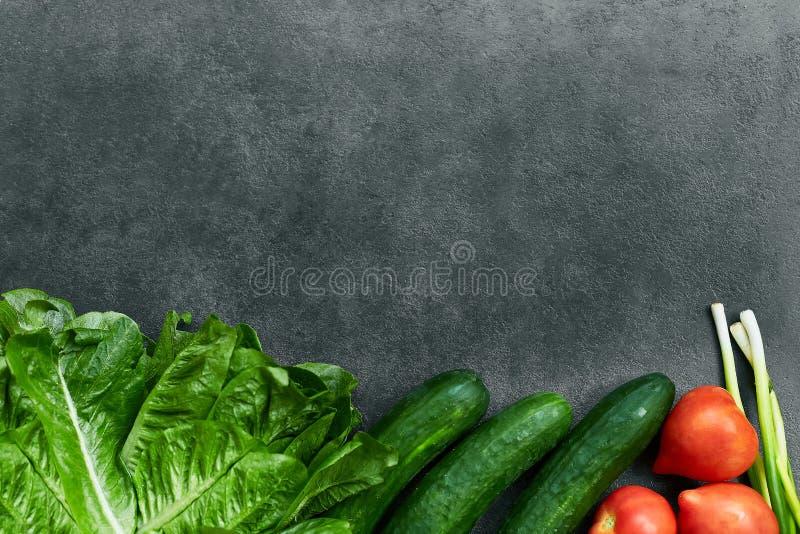 St?ll in av r? organisk mat, gr?nsaker med nya ingredienser f?r healthily att laga mat p? svart bakgrund, den b?sta sikten, baner arkivbilder