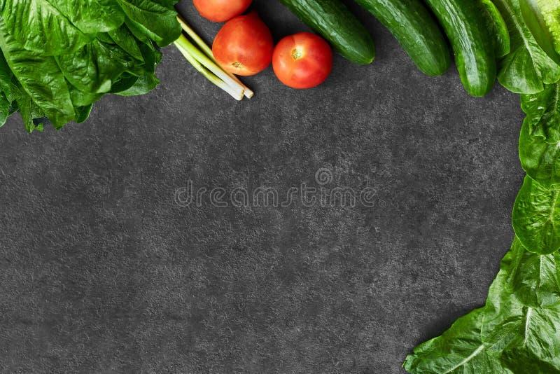 St?ll in av r? organisk mat, gr?nsaker med nya ingredienser f?r healthily att laga mat p? svart bakgrund, den b?sta sikten, baner royaltyfri fotografi