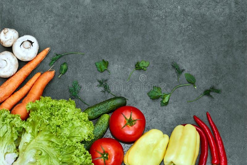 St?ll in av r? organiska gr?nsaker med nya ingredienser f?r healthily att laga mat p? svart bakgrund, den b?sta sikten, baner royaltyfri foto