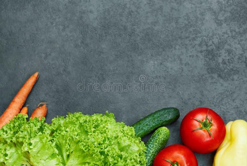 St?ll in av r? organiska gr?nsaker med nya ingredienser f?r healthily att laga mat p? svart bakgrund, den b?sta sikten, baner arkivfoto