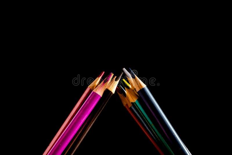 St?ll in h?rliga svarta kul?ra blyertspennor av kul?ra blyertspennor p? svart bakgrund Snart till skolan tillbaka skola till royaltyfri bild