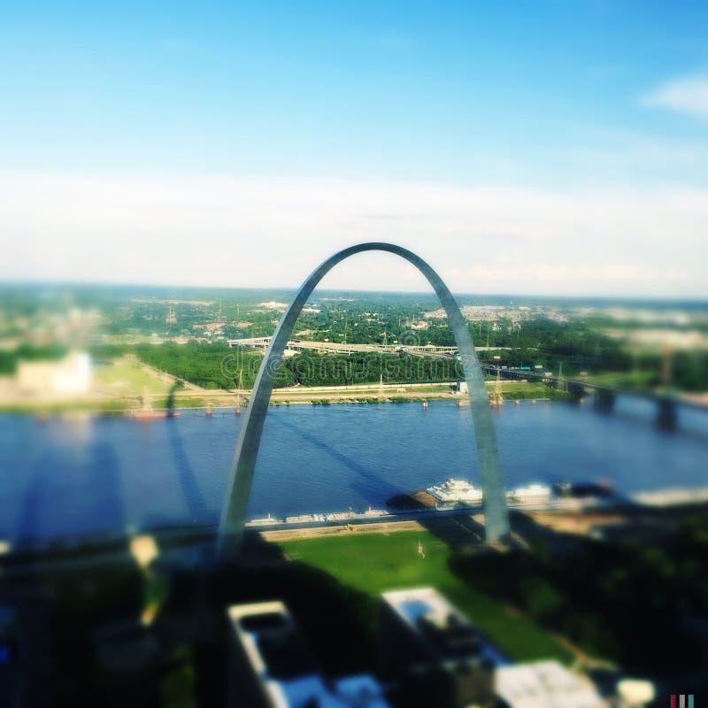 St Louis Arch con la sombra foto de archivo