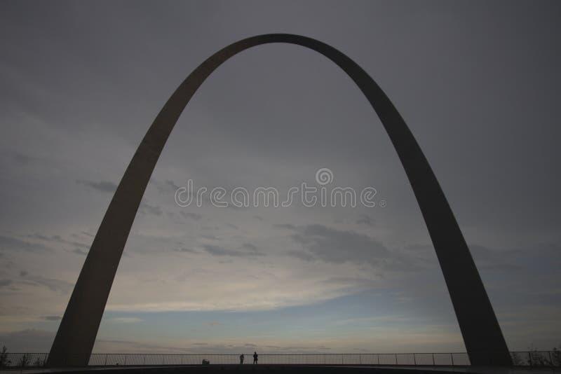 St. Louis Arch in der Dämmerung stockfotos
