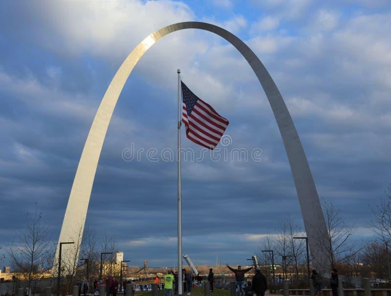 St Louis Arch en vlag stock afbeelding