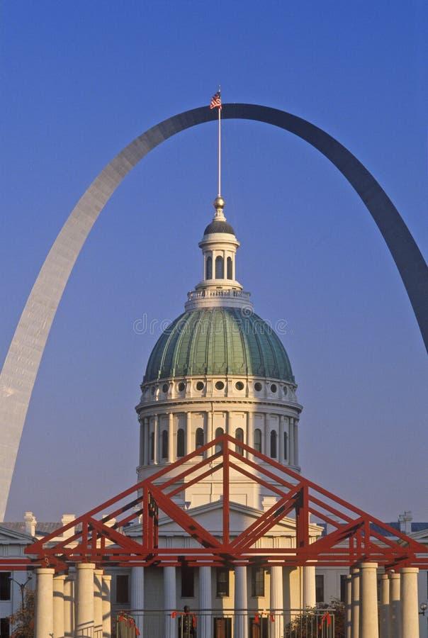 St. Louis Arch und altes Gericht, MO lizenzfreie stockfotografie