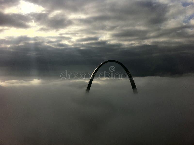 St Louis båge på en dimmig morgon arkivbilder
