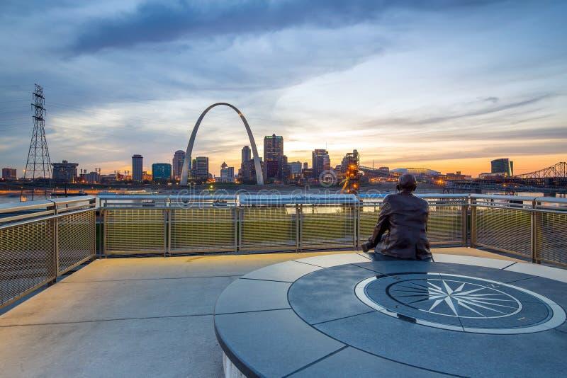 St. Louis céntrico con el arco de la entrada fotografía de archivo libre de regalías
