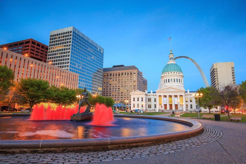 St. Louis céntrico con el tribunal viejo fotos de archivo
