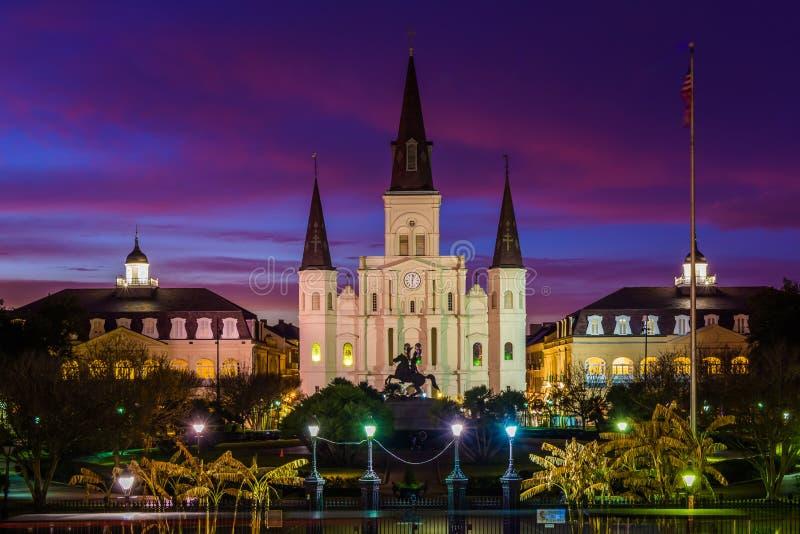 St Louis Cathedral na noite, no bairro francês, Nova Orleães, Louisiana fotos de stock