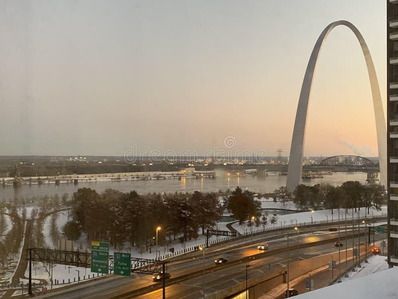 St Louis Gateway Arch dans l'horaire d'hiver image stock