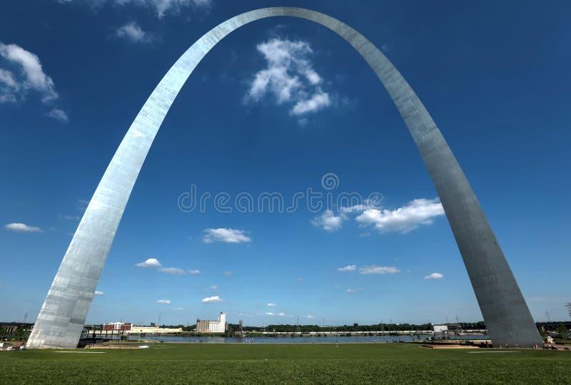 St Louis Gateway Arch em Missouri imagens de stock